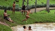 Keseruan Anak-anak Berenang di Waterpark Taman Langsat