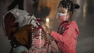 Cegah Virus Corona, Orang Pakai Helm Botol, Sawi dan Kulit Jeruk