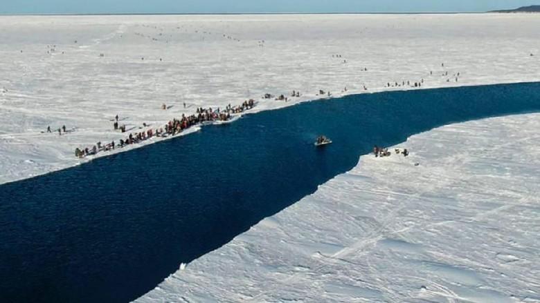 Nelayan Rusia Terdampar di lempengan es yang mencair