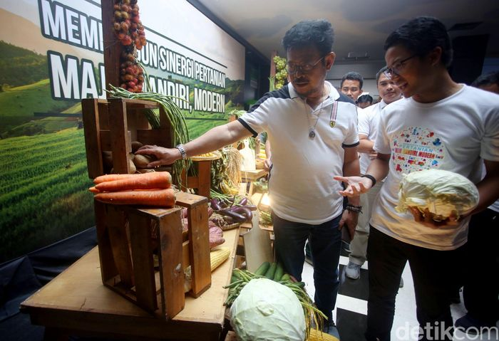 Menteri Pertanian (Mentan) Syahrul Yasin Limpo menyaksikan produk pertanian dari petani muda usai pembahasan capaian target Kementan di Gedung Kementan, Ragunan, Jakarta, Jumat (31/1/2020).