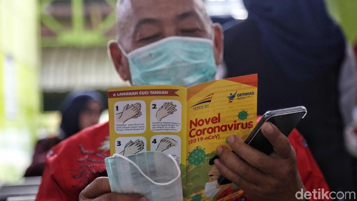 Sosialisasi dan edukasi pencegahan virus corona dilakukan di Stasiun Gambir, Jumat, (31/1/2020). Berikut foto-fotonya.
