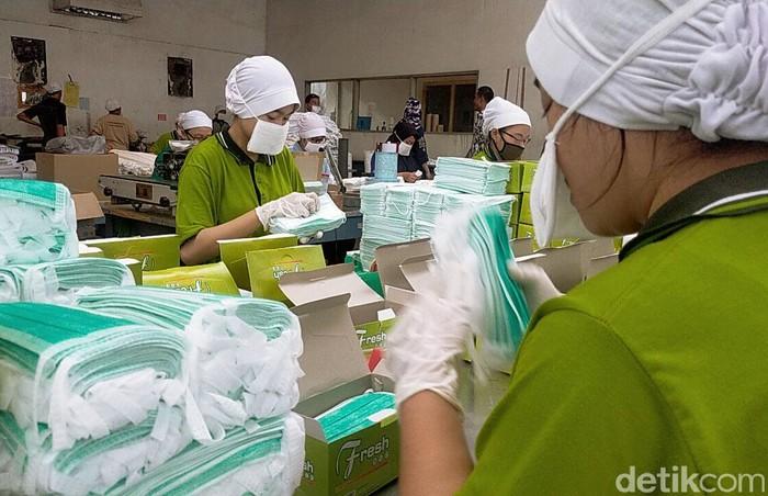 Merebaknya penyebaran virus corona jenis baru membuat permintaan masker semakin meningkat. Pabrik pembuatan masker di Surabaya pun banjir orderan.