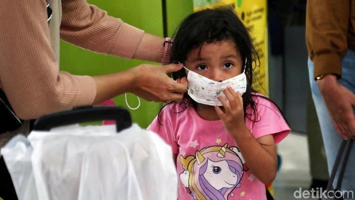PT KAI Daop 1 Jakarta gelar sosialisasi dan bagi-bagi masker guna mencegah virus corona di Stasiun Gambir. Pengunjung juga dapat periksa kesehatan di stasiun.