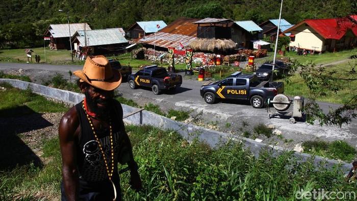 Personel TNI-Polri terus melakukan pengamanan di Papua. Pengamanan itu dilakukan untuk memberikan rasa aman kepada warga dari kelompok kriminal separatis bersenjata (KKSB).