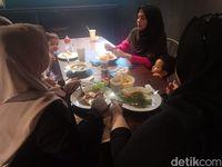 Pengunjung menikmati hidangan di lantai 2 kafe yaitu ruang non-smoking.