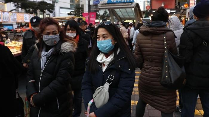 Total 18 warga Korea Selatan yang baru dievakuasi dari Wuhan telah dibawa ke rumah sakit karena menunjukkan gejala-gejala penyakit tersebut.