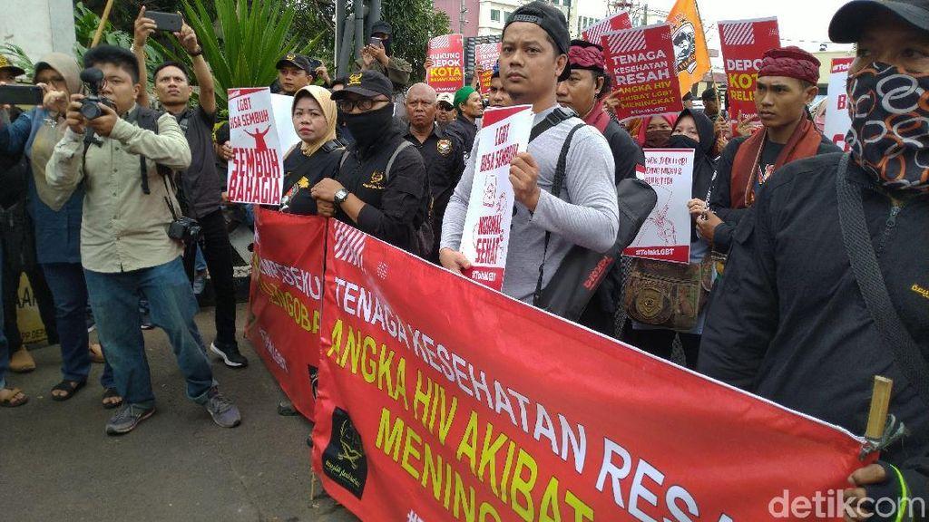 Demo Tolak LGBT di Kantor Walkot, Massa: Jangan Sampai Depok Turun Azab!