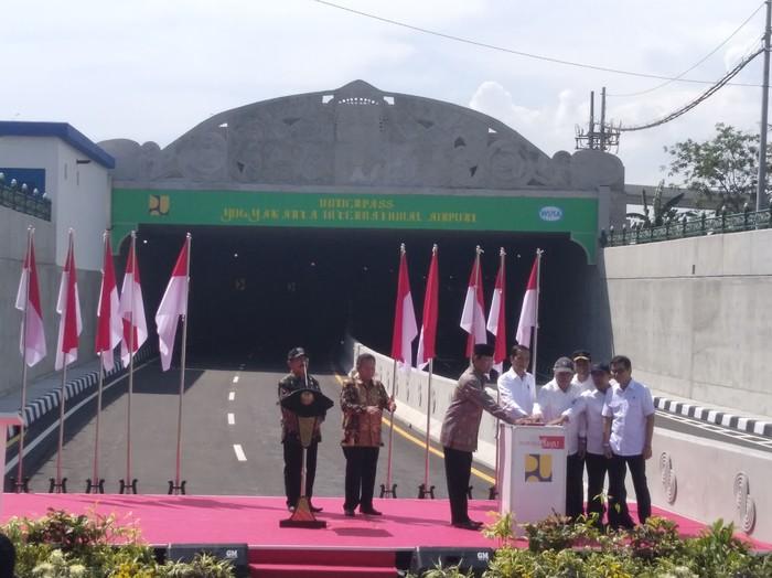 Jokowi didampingi beberapa menteri meresmikan Underpass YIA Kulon Progo, Jumat (31/1/2020).