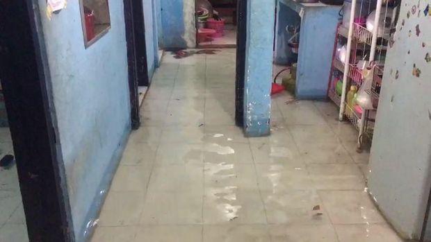 Air Hujan Mulai Masuk dan Merendam Puluhan Rumah di Surabaya