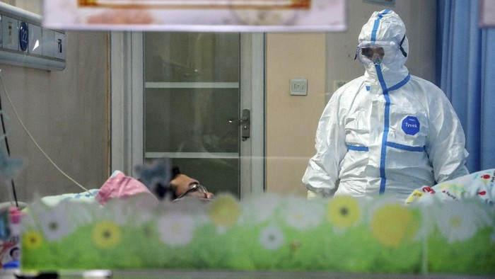 A doctor attends to a patient in an isolation ward at a hospital in Wuhan in central Chinas Hubei Province, Thursday, Jan. 30, 2020. China counted 170 deaths from a new virus Thursday and more countries reported infections, including some spread locally, as foreign evacuees from Chinas worst-hit region returned home to medical observation and even isolation. (Chinatopix via AP)