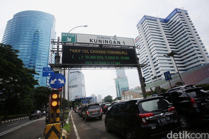 Meski naik, antusias pengguna jalan tol tetap sama, tak ada perubahan yang berarti. Macet pun tetap menghantui. Sejumlah kendaraan antre memasuki Gerbang Tol Kuningan I, Jumat (31/1/2020).