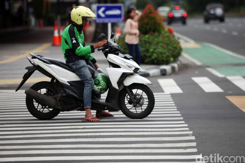 Direktorat Lalu Lintas Polda Metro Jaya menerapkan tilang elektronik atau E-TLE bagi pengendara sepeda motor di Jalan Sudirman-MH Thamrin, Jakpus. Tilang elektronik diberlakukan pada 1 Februari 2020.