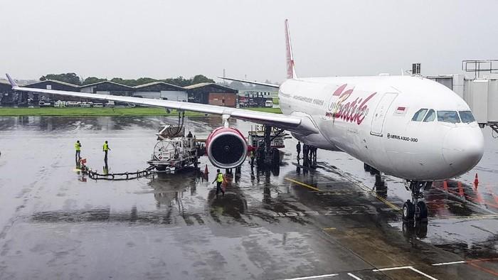 Pesawat tipe A-330 milik Batik Air melakukan persiapan untuk menjemput Warga Negara Indonesia (WNI) di Wuhan, China, di Bandara Soekarno-Hatta, Tanggerang, Sabtu (1/2/2020). ANTARA FOTO/Muhammad Iqbal/gp/hp.