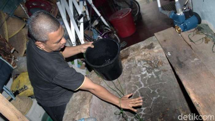 Warga Gang Warga, Kelurahan Leuwigajah, Cimahi, Jawa Barat, dihebohkan dengan sumur yang mengeluarkan uap dan airnya menjadi panas.