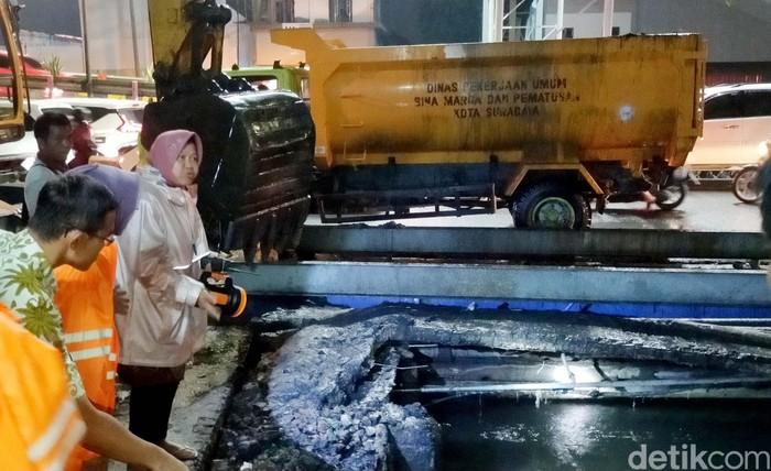 Jelang tengah malam, usai hujan deras yang mengguyur dan menggenangi sebagian wilayah Surabaya, Wali Kota Risma akhirnya turun tangan langsung memantau banjir di wilayahnya.