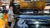 Begini Aksi Risma Turun Langsung Atasi Banjir Surabaya
