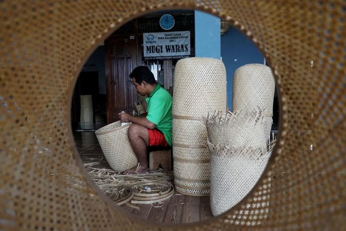 Pengrajin membuat lampion berbahan baku bambu di Industri Kerajinan Bambu Prinx Mas, Brajan, Sendangagung, Minggir, Sleman, D.I Yogyakarta, Sabu (1/2/2020). Kerajinan bambu seperti peralatan rumah tangga, souvenir dan hiasan interior rumah yang dipatok dengan harga Rp. 5.000 hingga jutaan rupiah itu telah menembus pasar ekspor Australia, Singapura, Filipina, Belanda, Dubai hingga Israel. ANTARA FOTO/Andreas Fitri Atmoko/hp