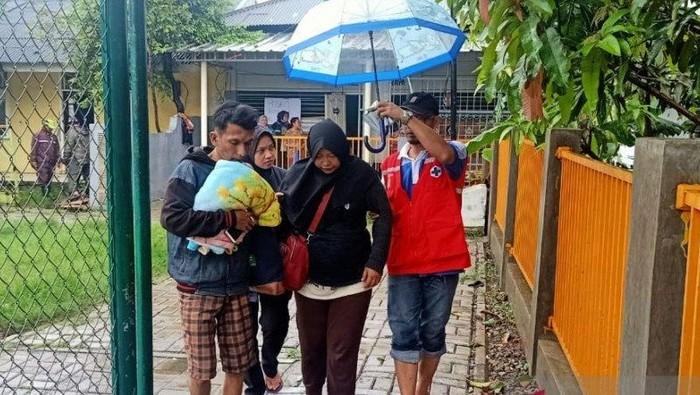 Petugas mengevakuasi ibu hamil yang daerahnya terdampak banjir di Kecamatan Periuk, Kota Tangerang, Sabtu (1/2/2020).