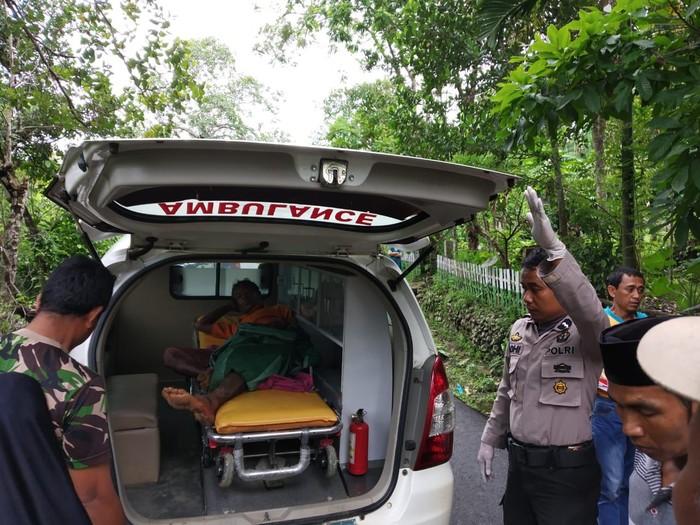 Polisi evakuasi pria yang diduga gangguan jiwa karena memotong kemaluannya (Dok. Istimewa)