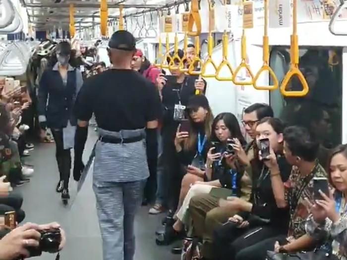 Fashion show di gerbong MRT, Jumat (31/1/2020).