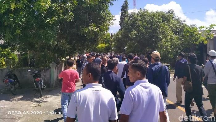 Agus Siswanto Siagian-detikcom/ Warga Natuna menggelar demo menolak WNI dari Wuhan China diobservasi di Natuna