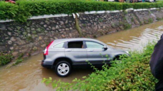 Mobil Tercebur ke Kali di PIK Jakut, Polisi: Diduga Pengemudi Mabuk