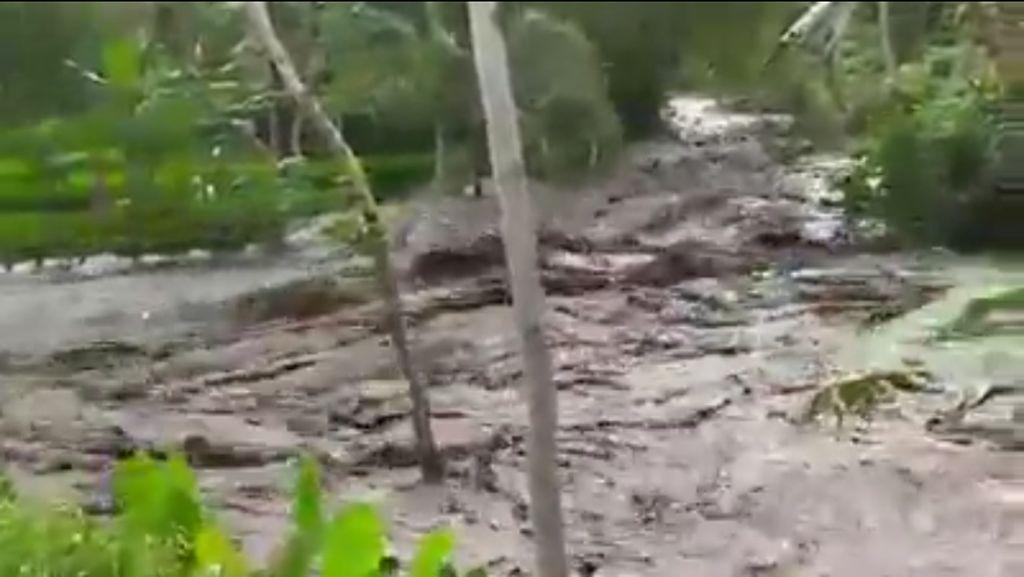 Detik-detik Banjir Bandang Luapan Sungai Jompo Jember