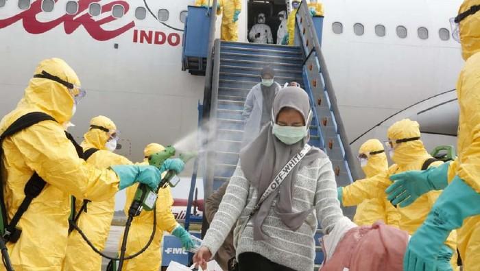 238 WNI yang dievakuasi dari Wuhan, China, sudah tiba di Batam. Mereka lantas dipindahkan ke 3 pesawat TNI AU yang akan membawanya ke Natuna.