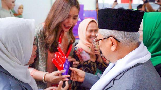 Simbolisasi Penyerahan Plakat, Co-Founder Woobiz, Putri Noor Shaqina Bersama Nurul Hidayatul Ummah, Ketua Umum PP IPPNU.