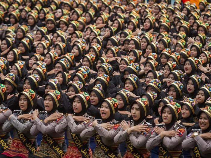 Penari menampilkan tarian Ratoh Jaroe dari Aceh pada acara Garapan Massal 1001 Penari di Balaikota, Solo, Jawa Tengah, Minggu (2/2/2020). Acara yang diikuti 1001 penari yang terdiri dari polwan, mahasiswa dan pelajar tersebut bertujuan untuk memperkenalkan budaya dan kesenian daerah Aceh kepada masyarakat Solo. ANTARA FOTO/Mohammad Ayudha/aww.