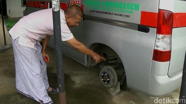 Petugas menunjukkan roda ban ambulans yang hilang digondol maling