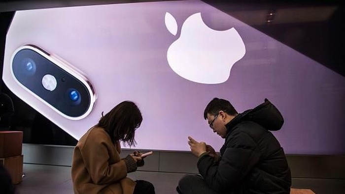 BEIJING, CHINA - FEBRUARY 01: A Chinese employee wears a protective mask as he sits in the showroom of an Apple Store after it closed for the day on February 1, 2020 in a shopping district in Beijing, China. Apple announced it was closing all of its stores in China until February 9th due to the outbreak of the coronavirus in Wuhan, The number of cases of a deadly new coronavirus rose to almost 12000 in mainland China Saturday, days after the World Health Organization (WHO) declared the outbreak a global public health emergency. China continued to lock down the city of Wuhan in an effort to contain the spread of the pneumonia-like disease which medicals experts have confirmed can be passed from human to human. In an unprecedented move, Chinese authorities have put travel restrictions on the city which is the epicentre of the virus and neighbouring municipalities affecting tens of millions of people. The number of those who have died from the virus in China climbed to over 250 on Saturday, mostly in Hubei province, and cases have been reported in other countries including the United States, Canada, Australia, Japan, South Korea, India, the United Kingdom, Germany, France and several others. The World Health Organization  has warned all governments to be on alert and screening has been stepped up at airports around the world. (Photo by Kevin Frayer/Getty Images)