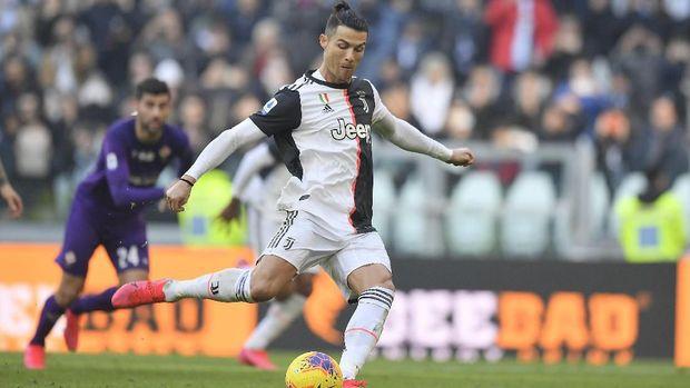 Ronaldo melesakkan dua gol ke gawang Fiorentina melalui eksekusi penalti. (