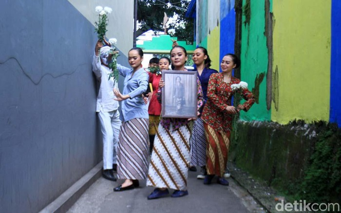 Lima mojang Bandung dan seorang seniman pantomim Wanggi Hoed menari di jalanan Kota Bandung. Mereka memperingati Bulan Cinta Ibu Bangsa Inggit Garnasih ke-6.