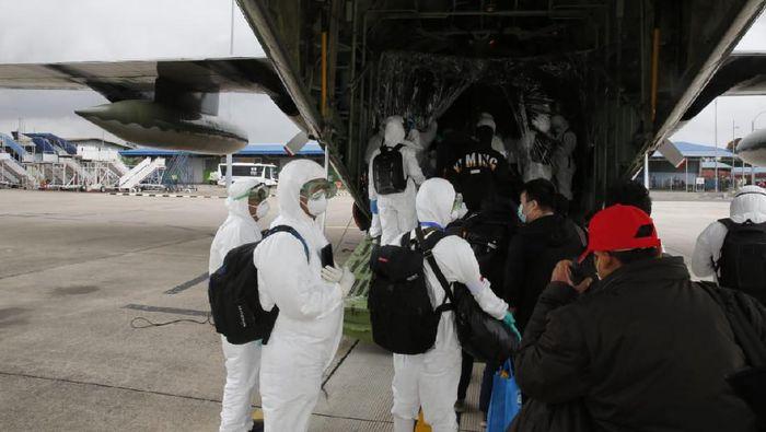 Proses evakuasi WNI dari Wuhan untuk observasi di Natuna (Foto: Dok. Kemlu)