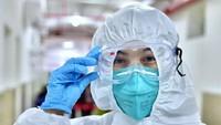 Takut Kena Virus Corona, Penumpang Pakai Plastik di Sekujur Tubuh