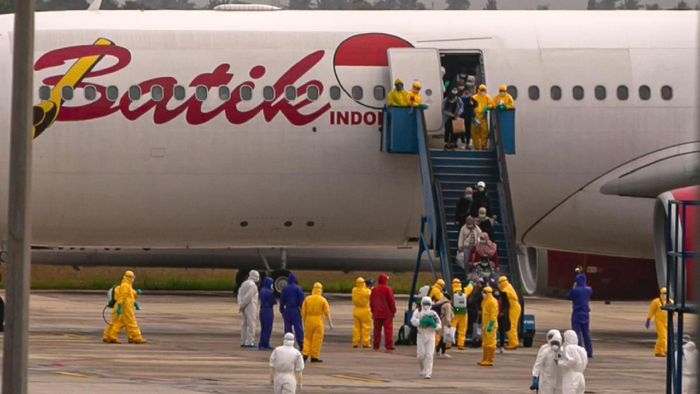 Sebanyak 250 WNI yang dievakuasi dari Kota Wuhan, China turun dari pesawat setibanya di Bandara Hang Nadim, Batam, Kepulauan Riau, Minggu (2/2/2020). WNI yang dievakuasi dari Wuhan tersebut kemudian diterbangkan kembali menuju Ranai, Natuna untuk menjalani observasi. ANTARA FOTO/M N Kanwa/aww.
