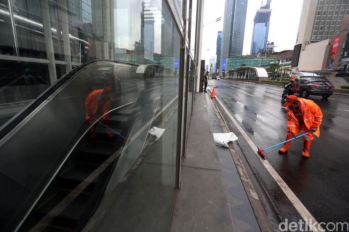 Pasukan Oranye membersihkan sisa genangan air di sejumlah jalan di ibu kota. Pagi tadi, banjir merendam sejumlah titik di Jakarta.
