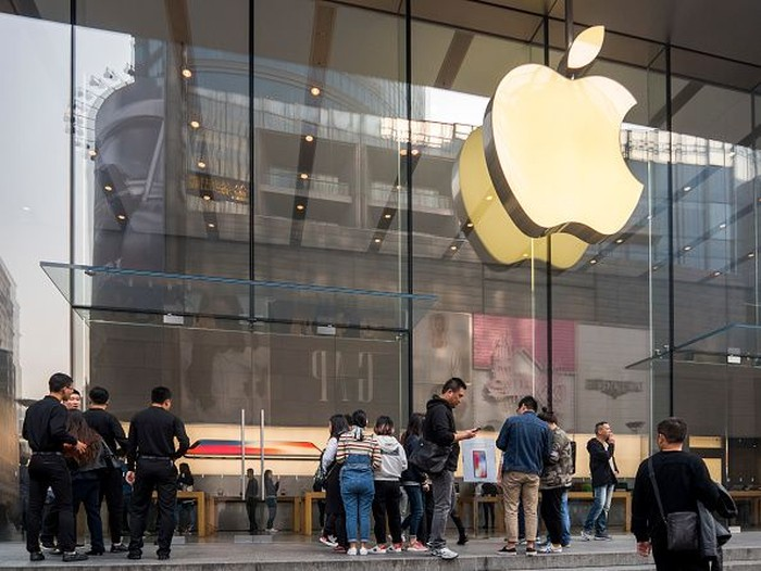 BEIJING, CHINA - JANUARY 07:  Customers look at iPhones on display at an Apple Store on January 7, 2019 in Beijing, China. Apple Inc. lowered its revenue guidance last week, blaming Chinas slowing economy and weaker than expected iPhone sales, as the companys chief executive officer Tim Cook said in a letter to investors the sales problems were primarily in its Greater China region that accounts for almost 20 percent of its revenue and includes Hong Kong and Taiwan. (Photo by Kevin Frayer/Getty Images)