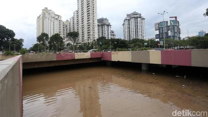 Hujan deras yang mengguyur Jakarta pagi tadi membuat underpass Kemayoran kembali banjir. Ketinggian air diperkirakan mencapai 4 meter.