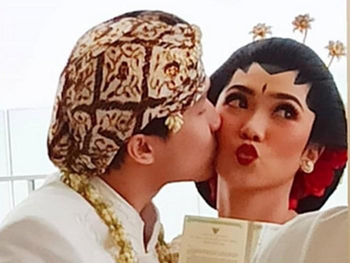 Rayhan Maditra mencium Isyana Sarasvati setelah menikah.