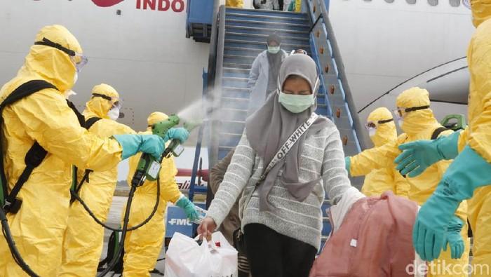 WNI yang dievakuasi dari Wuhan saat dipindahkan ke pesawat TNI AU (Foto: Dok. Kemlu)