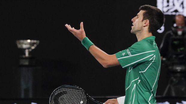Novak Djokovic sempat protes ke wasit. (