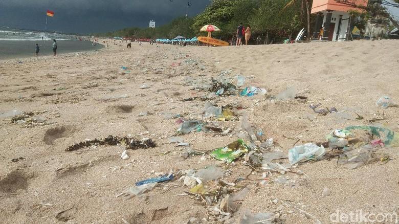 Pantai Kuta banjir sampah