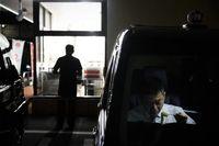 Saat istirahat, supir taksi di Jepang biasa makan di dalam taksinya setelah itu dibersihkan