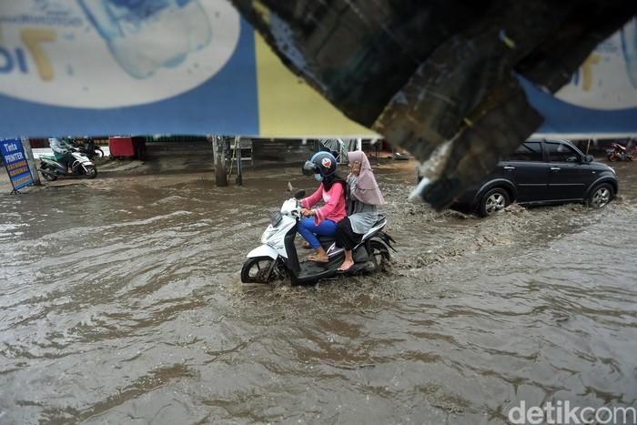 Bertahun-tahun saluran air di Jalan Jatibening Raya, Kota Bekasi tidak pernah diperbaiki. Saat musim hujan, jalan di wilayah tersebut pun sering banjir.