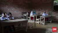 Siswa sekolah marginal tetap antusias mendapatkan pelajaran meski sering kepayahan untuk bisa sampai di sekolah