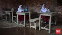 Banyak siswa yang belajar di ruangan kelas dengan ditemani genangan air dari atap yang bocor