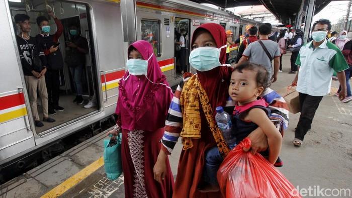 Padatnya aktivitas warga di Stasiun Tanah Abang, Jakarta, membuat PT KCI melakukan sosialisasi terkait virus corona.