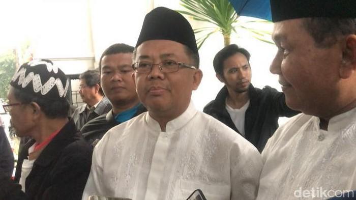 Presiden PKS Sohibul Iman saat melayat di rumah duka Gus Sholah